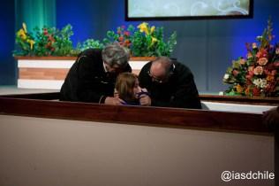 Virginia aceptando a Jesús en su vida por medio del bautismo. ©Alfredo Müller
