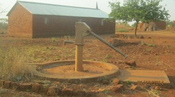 Iglesia de Tete, Mozambique, tiene un pozo para sacar agua, al lado del templo.
