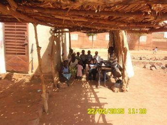 En Sirakoro, Mali, miembros de la iglesia se reúnen en una especie de garaje.