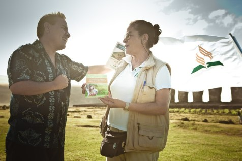 Ana Tepano Paoa, 40 años como guía turístico en la Isla, se acercó y aceptó el libro misionero. Viva con Esperanza. Crédito: Alfred Müller