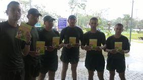 "A cada participantes se le entregó el libro ""Viva con esperanza"""