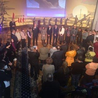 Trece personas manifestaron su deseo de ser bautizadas, mientras el pastor Ted Wilson finaliza su sermón (Ted Wilson / Facebook)