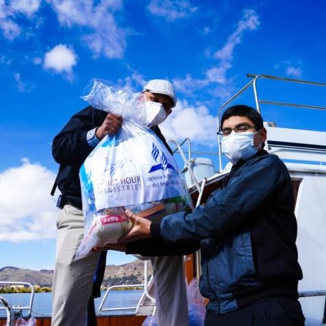 Hombre recibe canasta donada por la Iglesia Adventista (Foto: Divulgación)