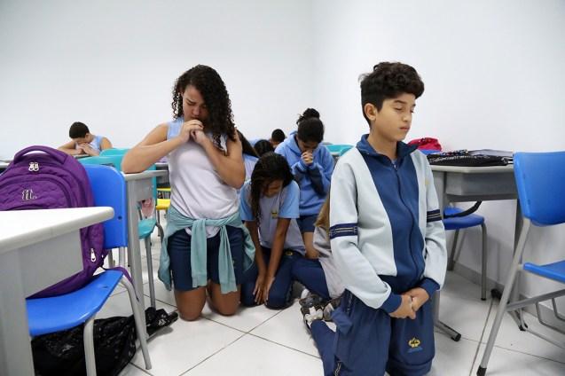 parada939-oracao-alunos