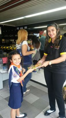 Aventureiros entregam livros em supermercado em Itaipu, Niterói.