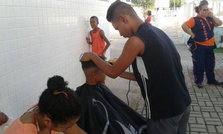 Na feira de saúde em Parque Guarus houve corte de cabelo grauito e doação de roupas.