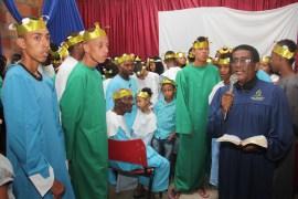 Pastor Paulo de Oliveira e, ao fundo, os recém-batizados que receberam uma coroa simbólica na cerimônia (Foto: Alexon Demétrio)