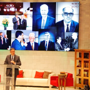 Pastor Erton Köhler, atual presidente, fala tendo ao fundo imagens dos antecessores: passado é inspiração para trabalho futuro. Foto: Jefferson Paradello