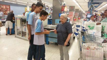 O Colégio Adventista de Vila Nova Cachoeirinha escolheu o Hypermercado Andorinha para a entrega de folhetos educativos. Os compradores foram abordados pelos alunos, que explicaram como evitar a proliferação do Aedes aegypt.
