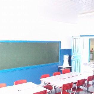 Sala de aula da Escola João XXIII após pintura