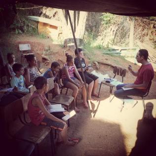 Classe bíblica realizada em uma comunidade carente adotada pela igreja do colégio.
