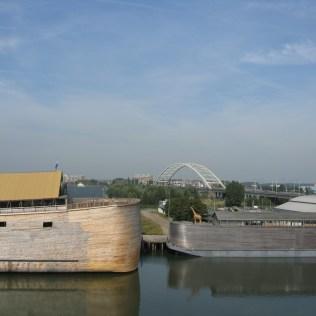 Ao lado direito, primeira embarcação construiída (em proporção menor)