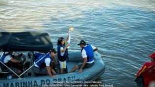 Chama olímpica percorreu parte do trajeto do revezamento nas águas do Rio Amazonas.