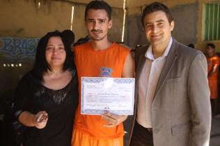Pastor Jânio e a Psicóloga Débora fazendo a entrega dos certificados de conclusão de curso bíblico