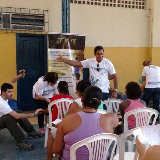 Além de serviços como verificação de pressão arterial, população também assistiu palestras (Foto: Tatiana Buitrago)