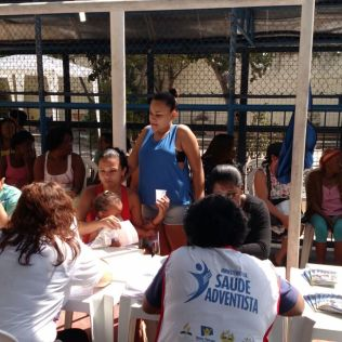 Serviço foi oferecido, principalmente, em praças públicas (Foto: Tatiana Buitrago)