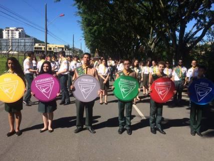 Em Joinville, maior cidade do estado, os desbravadores desfilaram na avenida Beira Rio.
