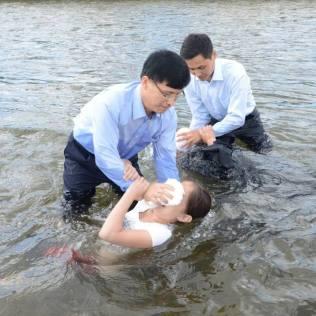 Batismos em massa são incomuns no país, por isso acontecimento chamou a atenção.