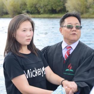 Jovem da Mongólia é batizada por pastor adventista. No país, são mais de dois mil adventistas.