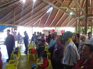 Fiéis durante hino congregacional