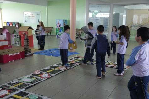 Os alunos confeccionaram jogos que reforçam as leis de trânsito e a segurança