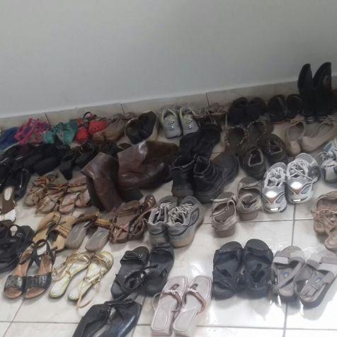 Sapatos que foram doados no local.
