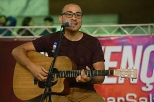 O cantor Jeferson Pillar durante Convenção de Aventureiros e Desbravadores