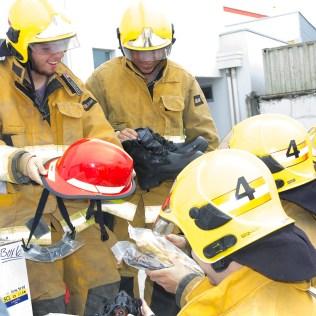 Bombeiros verificam doações recebidas das organizações