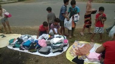 Jovens doram roupas à famílias carentes de Joinville