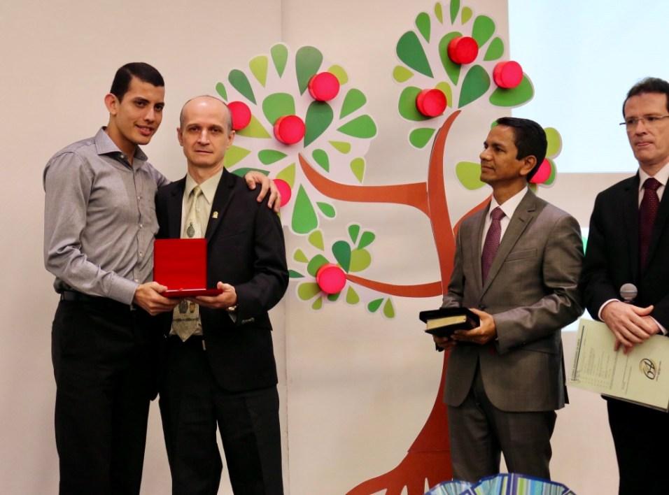 Colaborador Diogo Mendes ficou surpreso ao ser homenageado.