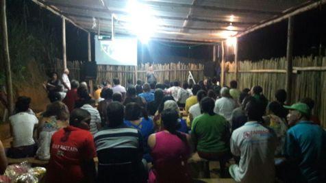 Moradores assistem palestras
