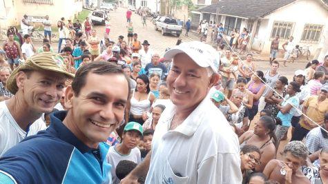 Pastor Roberto e empresário João distribuem peixes para moradores