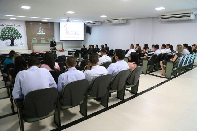 Pastor Clairton de Oliveira repassa orientações iniciais da visita de acompanhamento