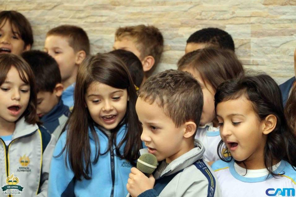 Alunos cantam para os enfermos