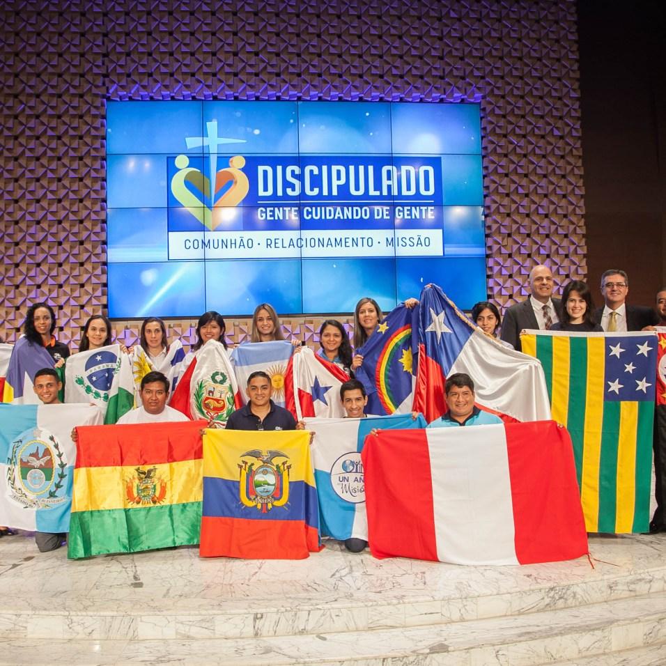 Jovens do Um Ano em Missão com a bandeira dos países e Estados que representam (Foto: Gustavo Leighton)