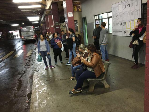 Passageiros no terminal de ônibus