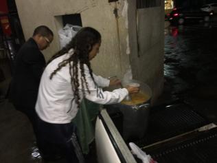 Voluntários preparam o alimento