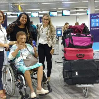 Já no aeroporto de Vitória, com destino à Belo Horizonte, a equipe técnica da ADRA acompanha a dona Lenira até a sua nova moradia