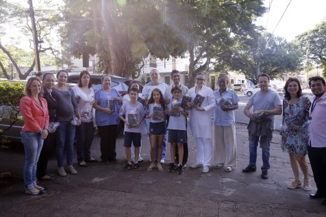 Crianças cantaram e entregaram livros na maternidade