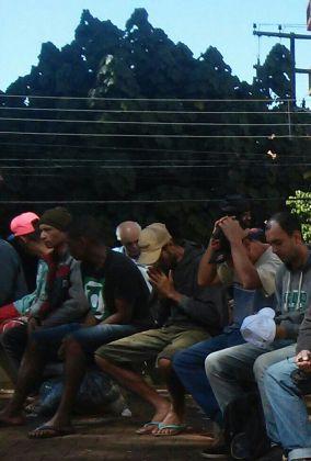 Moradores de rua oram antes da refeição
