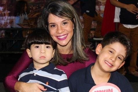 Paula Amélia com os filhos João Pedro e Bernardo.