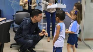 Jornalista recebe cupcake