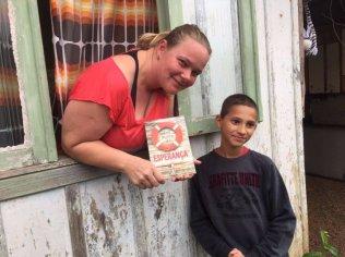 Pessoas receberam em casa o livro levado por pequenos e grandes.