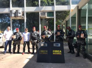 Guardas da Força Nacional receberam o livro missionário.