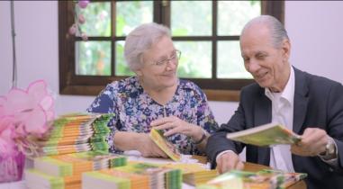 Dr Aluísio e Sílvia distribuíram livros nas 200 casas de seu condomínio.