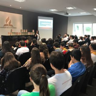 Servidores da sede administrativa da Igreja Adventista para o norte e oeste de Santa Catarina antes da distribuição de literaturas em Joinville.