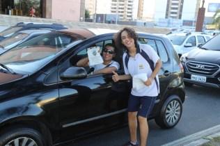 Motorista agradece e tira foto com aluno