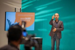 professor Edgar Alvarenga Simões durante a explanação de uma das reflexões bíblicas (Foto: Gustavo Leighton)