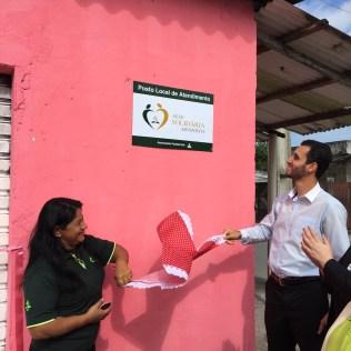 Edméia e o pastor do distrito, Diego Carvalho, fazem o descerramento da placa da ASA