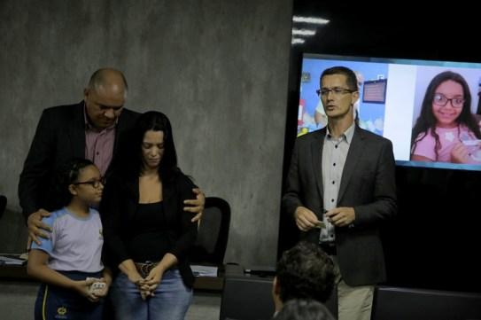 A pequena Rafaela emocionou o pai, Anderson Silvino (e a todos os presentes) ao entrar no auditório segurando uma caixinha com os nomes daqueles por quem ora – iniciativa que aprendeu com ele e a mãe.